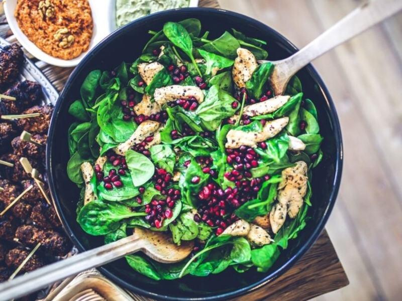 Pfanne lowcarb Hähnchen mit Spinat und Granatapfel