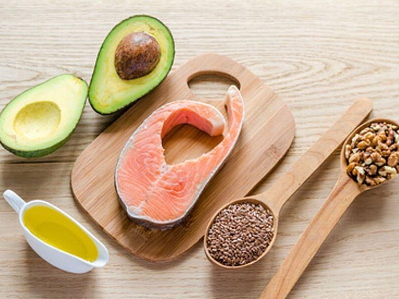 Gute Fette und Öle in Form von Avocado, Lachs, Leinsamen und Nüsse für die Schlank-Strategie zum gesunden Abnehmen