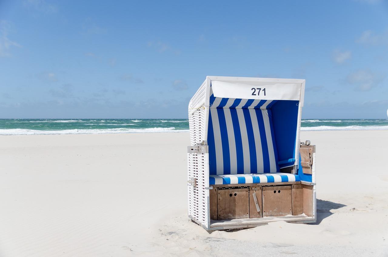 Strandkorb an der Nordsee läd zum Entspannen ein